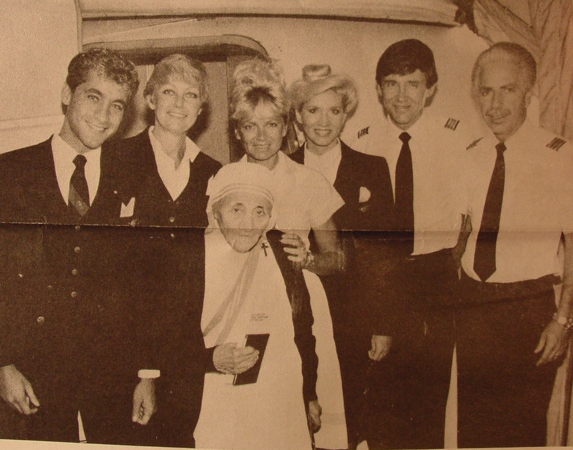 1980s Mother Theresa poses with a Pan Am crew in the doorway of a Pan Am Boeing 727.